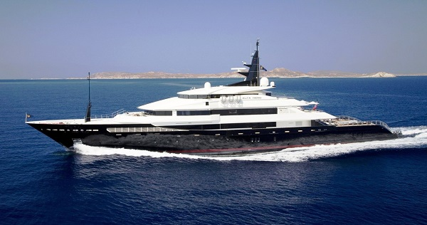 Approda in Sicilia l'Alfa Nero, lo yacht lussuoso scelto da Bill Gates: anche la piscina a bordo