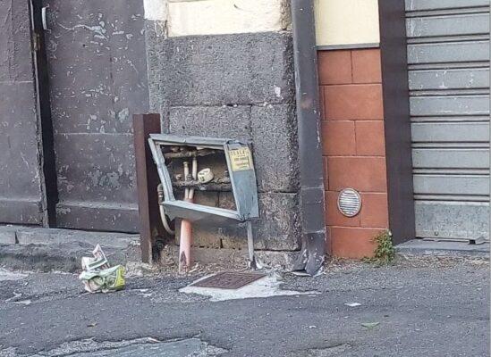 Centraline divelte e scoperte, pericolo per l'incolumità dei pedoni del quartiere Borgo-Sanzio – LE FOTO