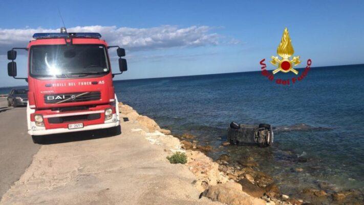 Dramma al lungomare, auto finisce in mare: conducente illeso nuota fino alla riva – LE FOTO