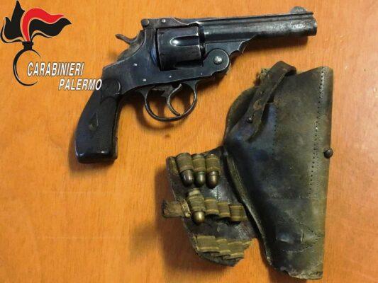 Arma con matricola abrasa e munizioni in cucina: ai domiciliari 55enne – VIDEO