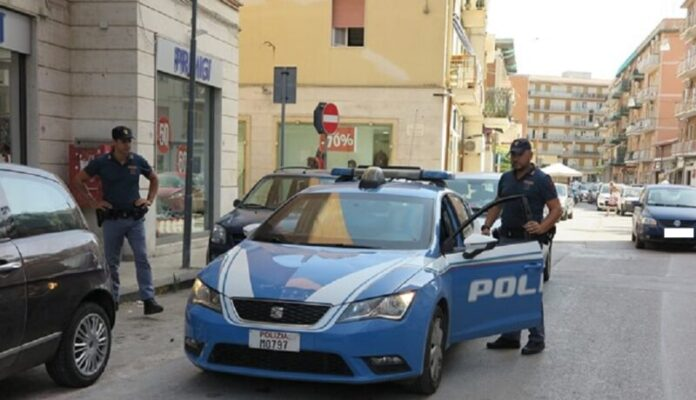 Calci, pugni e minacce ai poliziotti: arrestato il ladro violento Raffaele Violante
