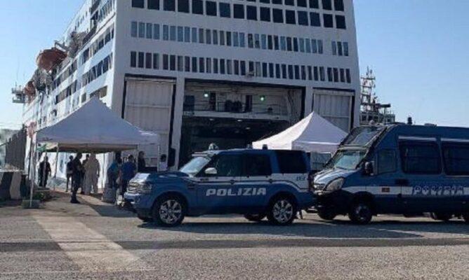 """Sbarcano dalla nave """"Azzurra"""", ma li attende la polizia: arrestati 5 immigrati con alle spalle ordine di espulsione e carcerazione"""