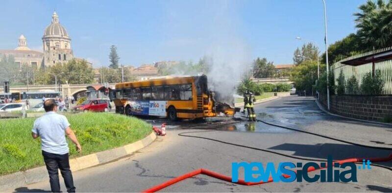 Catania, autobus Amt in fiamme in piazza Borsellino: fumo e vigili del fuoco in azione – VIDEO