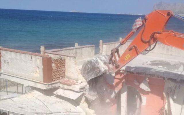 Edifici abusivi al lungomare, ruspe in azione per la demolizione – FOTO