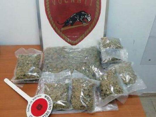 Nervoso al controllo degli agenti, viene trovato con 2 chili di marijuana in auto