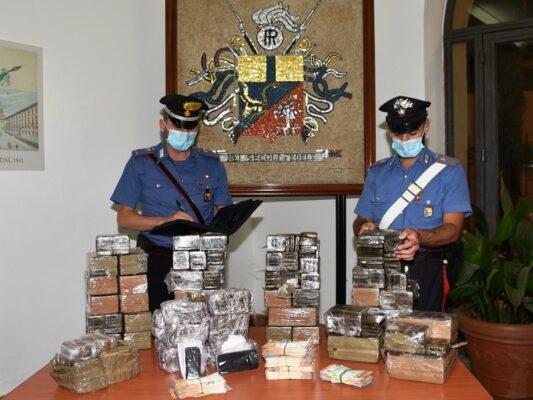 Sorpresi dai carabinieri mentre confezionano hashish negli uffici di una struttura sportiva: in carcere 3 persone