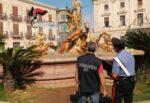 Turisti inglesi fanno il bagno nella fontana di Diana e spezzano alluce alla statua di Aretusa: denunciati