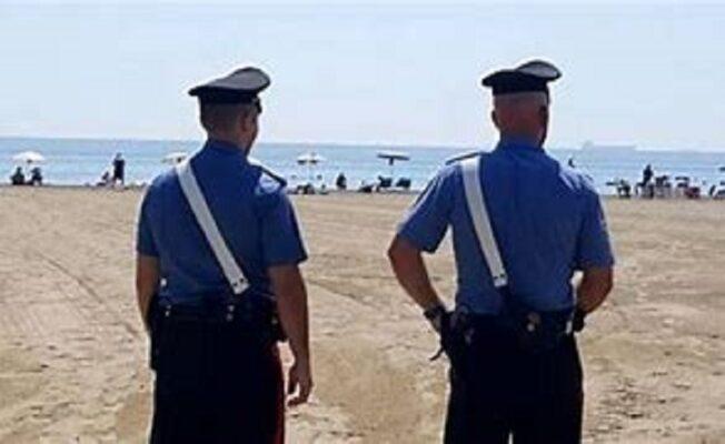 Ruba lo zaino di un minorenne in spiaggia ma viene bloccato dai carabinieri: arrestato 27enne