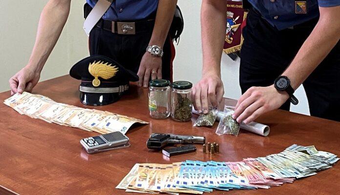 Marijuana e arma da sparo rubata in casa, droga anche nell'autolavaggio: arrestati coniugi