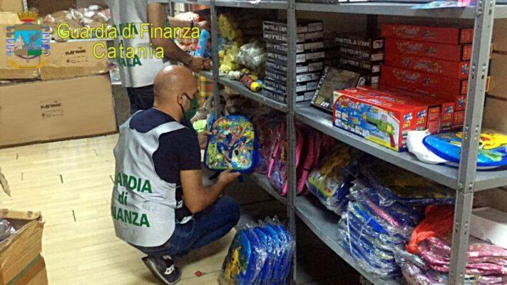 Operazione Guardia di Finanza nel Catanese, sequestrati 90.154 articoli contraffatti: denunciato grossista