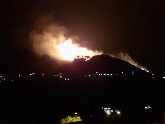"""La Sicilia brucia, l'isola devastata dagli incendi dolosi. WWF: """"Siamo sotto attacco di delinquenti"""""""