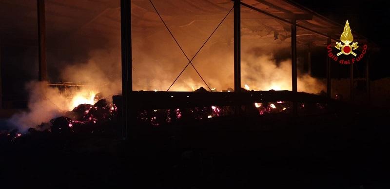Incendio in un fienile nel Catanese, oltre 400 balle di fieno in fiamme: non si esclude la pista dolosa – FOTO