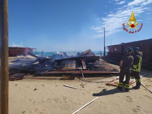 """Incendio a Vaccarizzo, in fiamme cabine del lido """"Las Vegas"""": inviate autobotti di rincalzo"""
