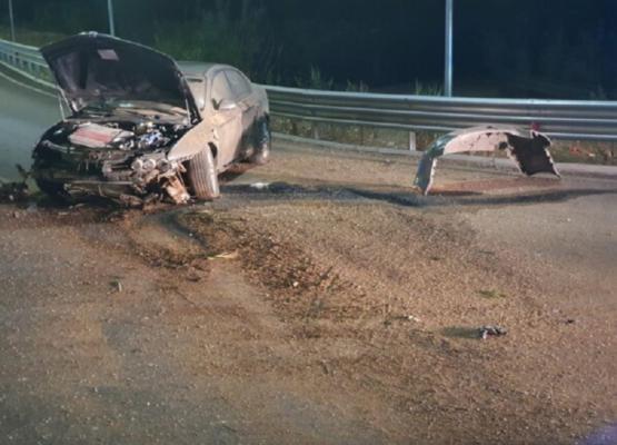 Impatto violento e auto distrutta, conducente finisce contro una rotatoria: un uomo in codice rosso