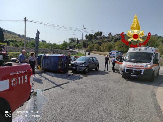 Doppio scontro e paura in strada, coinvolte 4 auto in due incidenti: tre persone ferite – FOTO