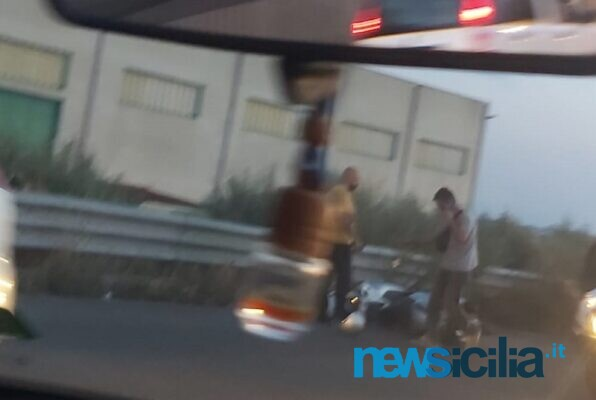 Belpasso, incidente lungo la strada che conduce ad Etnapolis: moto a terra, probabili feriti