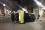 Colpisce un'auto in sosta e si ribalta: incidente nella notte in corso Umberto