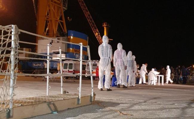 Fine dell'odissea per i migranti a bordo della Mare Jonio, effettuato sbarco a Pozzallo per motivi sanitari