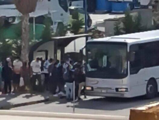 """Migranti, autobus occupati e proteste in città. Sindaco Carmina: """"Interpellato il Prefetto"""""""
