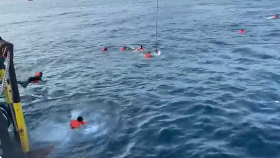 """Open Arms, 48 migranti si gettano in mare per la disperazione: """"La sofferenza aumenta"""""""