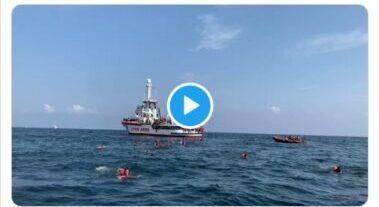 Tensione al largo di Palermo, migranti Open Arms si gettano in mare: gesto disperato anche a costo della vita