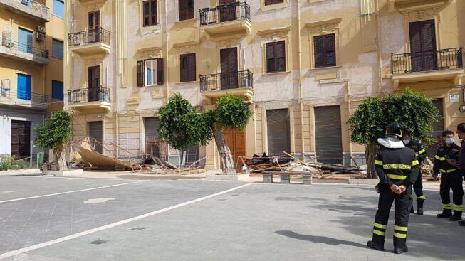 Panico in piazza Cavour, raffiche di vento abbattono l'impalcatura di una palazzina Liberty