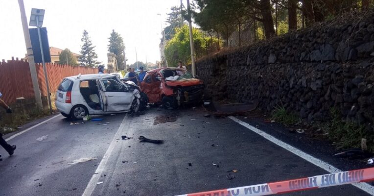 Maltempo in Sicilia, tre gravi incidenti nel Catanese: diversi feriti, giovane intrappolato in auto
