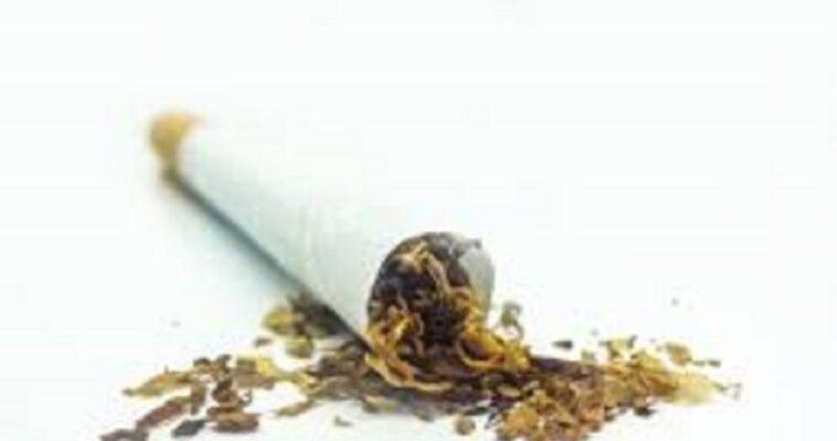 Cerca di disfarsi della cocaina, pusher tradito da una sigaretta: arrestato