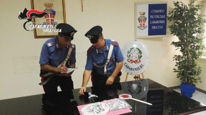 Maxi sequestro in via Italia, oltre 100 dosi di droga tolte dalle mani dei pusher: valore di diverse migliaia di euro