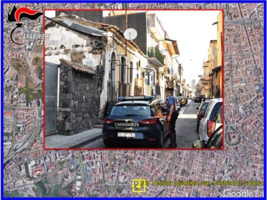 Tensione a San Cristoforo, spintoni ed insulti ai carabinieri per far fuggire il familiare: arrestati figlio e nipote dello spacciatore