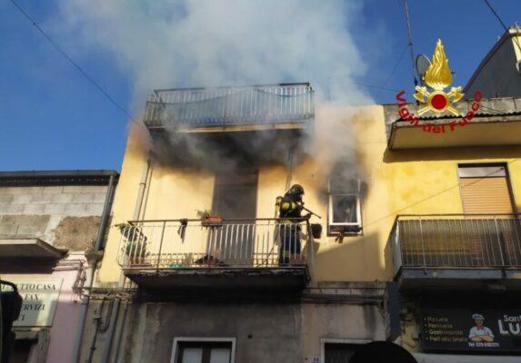 Paura nel Catanese, divampa incendio in un'abitazione: famiglia intossicata, ambulanze sul posto
