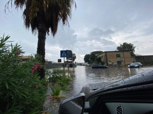 Catania, persone bloccate nelle auto e allagamenti: decine gli interventi dei vigili del fuoco