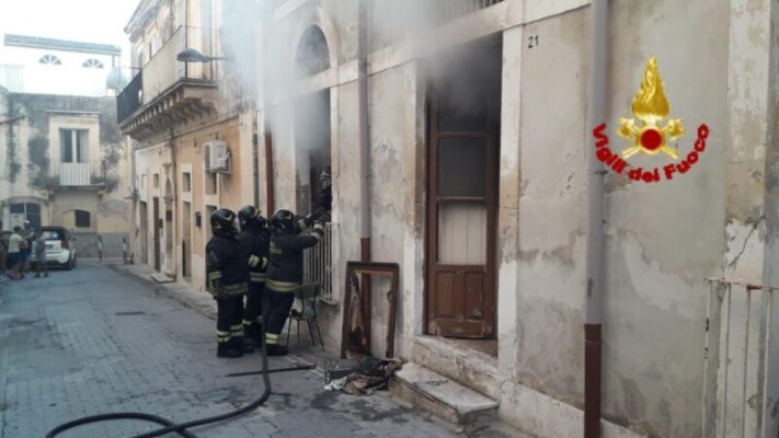 Rifiuti accatastati in fiamme in appartamento disabitato del centro storico: vigili del fuoco in azione