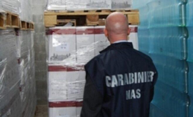 Blitz del NAS di Catania in un supermercato: 14mila confezioni di acqua stoccate nel parcheggio e sotto il sole
