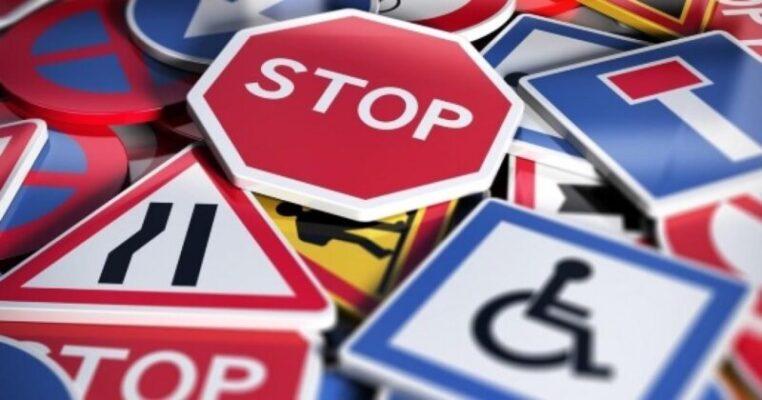 Codice della Strada, nuove modifiche: dai monopattini al divieto di fumo e uso di smartphone alla guida