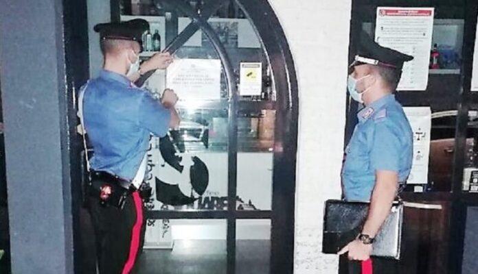 Personale senza mascherina e guanti in un Bar del Catanese: chiuso il locale e multati i clienti
