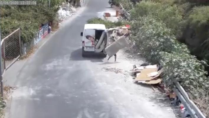 Catania, telecamere in discariche abusive: beccato il primo incivile a gettare materassi – IL VIDEO