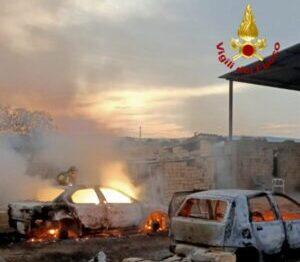 Fiamme nel Catanese, alte lingue di fuoco divorano due auto: accertamenti in corso