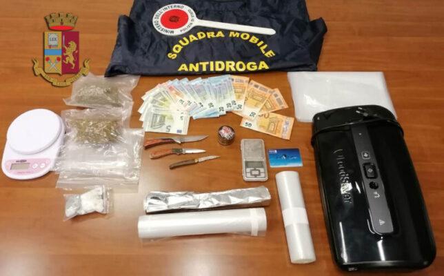 Supermarket della droga in casa, via vai in casa incastra spacciatore: arrestato