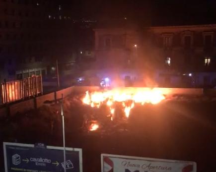 """Catania, brucia corso Martiri della Libertà: fiamme alte all'interno di uno dei """"crateri"""" – VIDEO"""