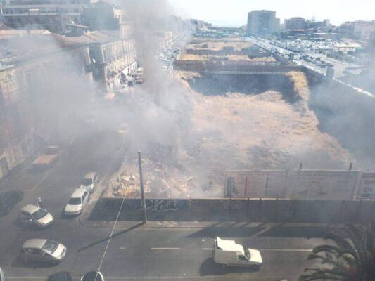 Catania, secondo incendio nel giro di poche ore in corso Martiri della Libertà: mano dolosa dietro le fiamme?