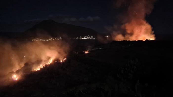 Lipari brucia ancora, nuovo rogo scoppiato in serata: vigili del fuoco sul posto per domare le fiamme