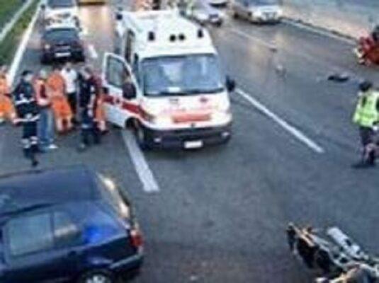 Grave incidente sulla A19 in direzione aeroporto, scontro auto-moto: feriti e traffico in tilt