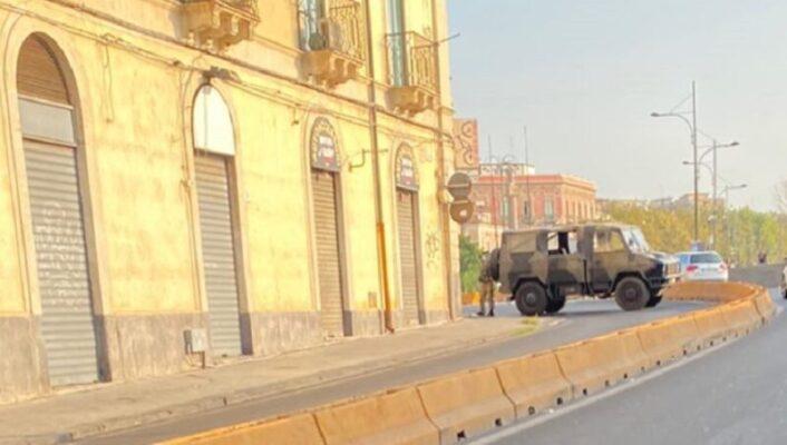 Catania, grave incidente agli Archi della Marina: centauro in codice rosso, via Dusmet sbarrata dall'Esercito