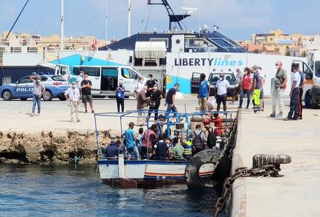 """Lampedusa, si ricomincia: nuovi sbarchi. Sindaco De Luca: """"Dalla truffa si è passati alla farsa"""""""