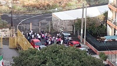 """Traffico congestionato e assembramenti nel cuore del rione Barriera. Vasta: """"Situazione illegale in via Riccardo Quartararo"""""""