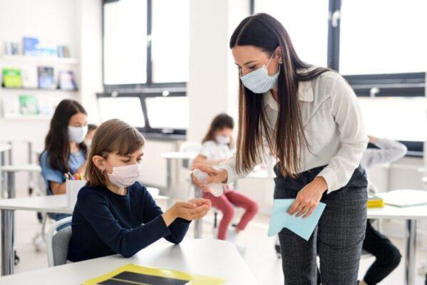 Covid, in crescita i contagi tra gli under 20. Al vaglio la chiusura delle scuole