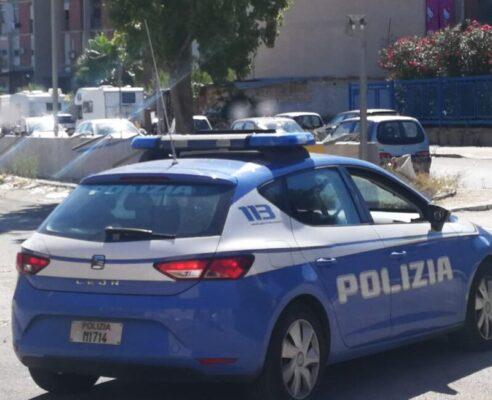"""Spaccio """"a cielo aperto"""" in strada: pusher incastrato dalla polizia e arrestato, droga sequestrata"""