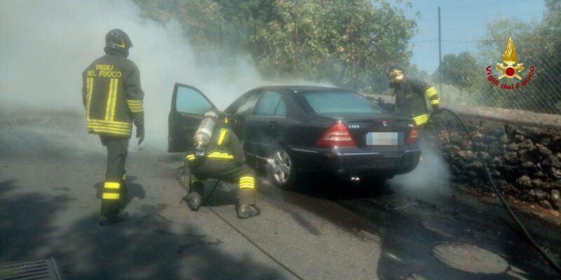 Fiamme dal vano motore, auto prende fuoco: intervento dei pompieri nel Catanese – FOTO