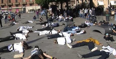 Coronavirus a Palermo, titolari di piscine e palestre protestano in piazza stesi per terra contro le regole stringenti